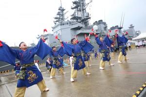 自衛隊の船をバックに舞う倉島岸壁会場