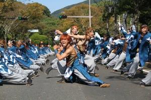 名切本会場横の道路を全面封鎖して演舞を行う中央公園通り会場